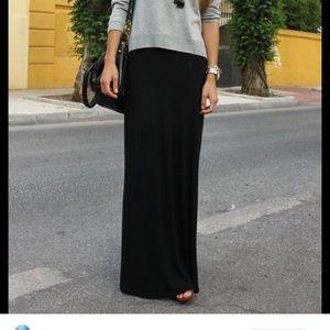 Port: Long black skirt